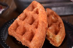 Nuestro waffle de cheddar que acompaña varios de nuestros platillos