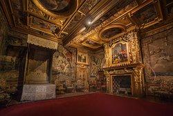 La chambre du Roi et 6 tapisseries des ateliers de Paris, fondés sous Henri IV.  ©️Digikode