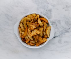Batata Rústica Inglesa Tem duas opções de temperos: mix de ervas e sal, ou pimenta preta macerada e sal