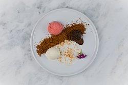 Sobremesa: Trio Glacé Trio de sorvetes de chocolate, cheesecake e morango com farofa de biscoito e lâmina de merengue gratinado