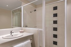 travelodge hotel sydney martin place guest room bathroom