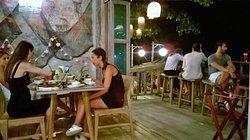 tavoli dentro e sedili fuori nella balconata sulla beach