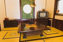 囲炉裏やレトロなテレビがある休憩室。まったりしちゃう。