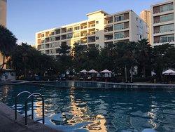 бассейн рано утром