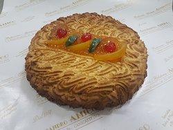 torta con marmellata di albicocca e pasta di mandorla