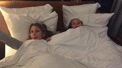 Nichtjes op hotel met hun tante en nonkel