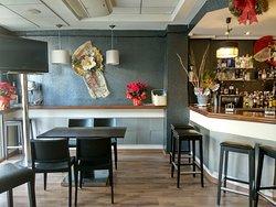 Zona de barra y mesas para tomar unos vinos y unas tapas.