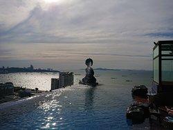 眺めの良い屋上プール