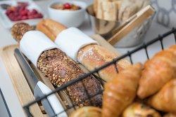 Buffet Petit déjeuner : Viennoiseries parisiennes cuites sur place, pain céréale, baguette, pain de mie complet et blanc, galettes de riz