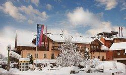 4* Hotel Samerhof und Nebenhäuser im Skigebiet Nassfeld in Kärnten an der Piste; sämtliche Einrichtungen sind bequem zu Fuß erreichbar.