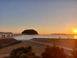自然の中に有る神社さんです。小さな島の周囲は遊歩道が有りデートコースにいいですね。 近くに来たら是非行くべきですね。 夕日も凄い映えます。