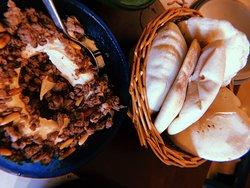 Hummus con carne y piñones + Pan árabe casero