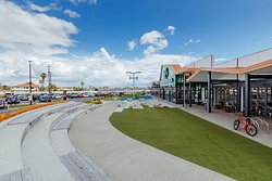 Papamoa Plaza food court - Outside seating area