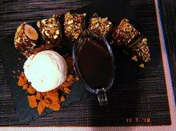 Banana Chocolate Roll (banana, pistacho, chocolate y helado de vainilla).