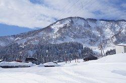石打丸山スキー場ゲレンデ真ん前のペンション。 スキースノーボードシーズンのホールからはゲレンデビュー