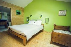 Chambre La Serra 1 lit en 160cm  Possibilité 1 lit enfant et 1 lit en 90cm avec supplément Salle de bain attenante privative Accès par un escalier