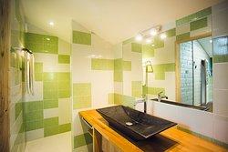 Salle de bain privative attenante à la chambre La Serra, douche à l'italienne. Linge de maison coton ou lin bio fourni.
