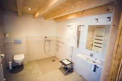 Salle de bain privative de la chambre La Grange. Espaces adaptés pour tous, y compris personnes à mobilité réduite et déficit visuel.