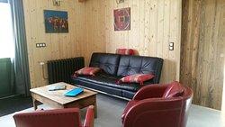 Coin salon TV, Internet, jeux de société ... face aux prairies du Haut-Jura.