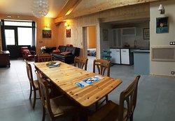 Grande pièce à vivre avec salon, espace de jeux, salle à manger, kitchenette... de l'espace à l'intérieur, de l'espace à l'extérieur!