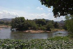 Ao lado um rio muito tranquilo.