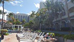 Лежаки у бассейна. Справа корпус Vacation Club Aquarius (наш отель чуть дальше)