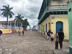 Calle típica de Trinidad. A la izquierda, la Plaza Mayor.