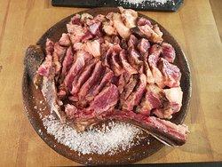 Chuletón de vaca rubia gallega para dos personas (1,300 Kg.), sellado en barbacoa, troceado y listo para poner en la piedra