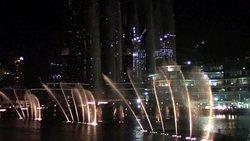Spettacolo di fronte alle fontane