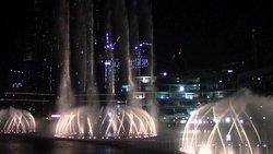 Vista bellissima sulle fontane e burj