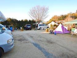左側にRVパークあじがうら、右側と奥にキャンプ・ジャルディーノ