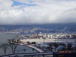 少し積雪の有る諏訪湖の様子