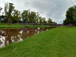 Puente peatonal en el terraplén del arroyo