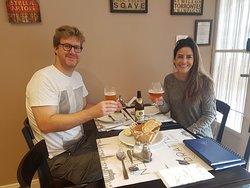 clientes felizes com compartilhando uma cerveja alemã