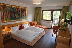 Eines unserer neu renovierten Gästezimmer in der Superiorkategorie mit Blick ins Grüne.