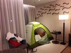 Отличный отель с красивым широким пляжем и зеленой территорией.