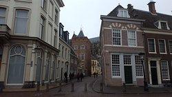 Doorkijkje in Utrecht, helemaal achteraan de Dom.
