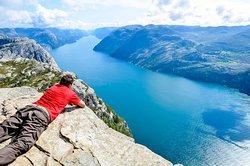 """""""Este Púlpito de vértigo se asoma en un entorno privilegiado del planeta, hechizando al más escéptico y haciéndonos sentir más pequeños e intrascendentes que nunca.."""" Nuestras sensaciones tras estar en el Púlpito de Noruega, en Preikestolen."""