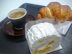 Roulé Pavlova de manga, croissant e café Nespresso