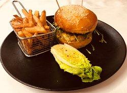 Burger Tikka au poulet et frites fraîches maison