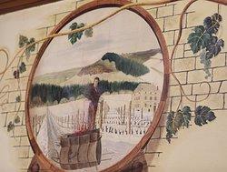 Original car il y a des fresques et des outils sur le vin dans cette cave
