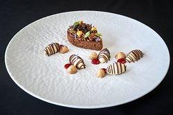 CIOCCOLATO E NOCCIOLA: Nocciola in varie consistenze, brownie fondente ed estratto di noci.