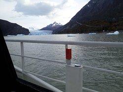 Vista do Glacial Gray do barco, ainda distante...