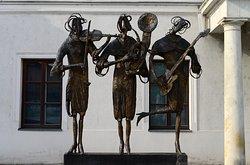 """Bismarckplatz, deze prachtige uitgebeelde """"Muzikkantes"""" kun je vinden aan de zijde van het theater op dit plein."""