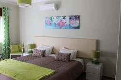 Quarto Verde com casa de banho privativa, ar condicionado ,TV,Net, varanda