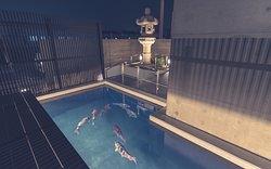 エントランス横には大きな錦鯉が優雅に泳いでおります。