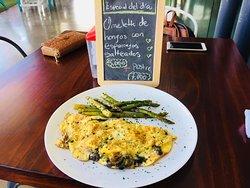 Plato del dia: Omelette de hongos con espárragos salteados!