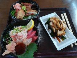 ランチでたべました。 海鮮丼とあわび