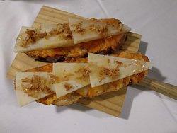 Tosta de puré de batata, queso semicurado, cebolla frita y miel