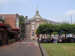 Gehuisvest in de in 1911 gebouwde voormalige RHBS van Veendam